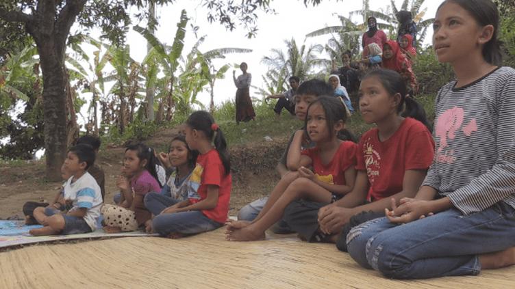 Le séisme qui a frappé Lombok a devasté des villages entiers. il a aussi traumatisé les enfants qui ont parfois perdu des proches ou vu leurs maisons s'effondrer. Des volontaires tentent de leur redonner le sourire. (FRANCE24)