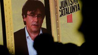 Le leader indépendantiste catalan Carles Puigdemont lors d'une vidéo-conférence organisée le 11 avril 2019 à Barcelone (Espagne). (PAU BARRENA / AFP)