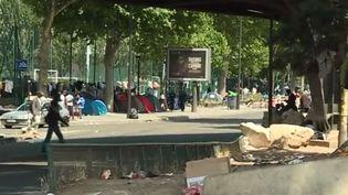 Manque de moyens pour l'accueil des migrants à Paris (FRANCEINFO)