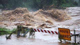 Une route inondée sur la commune de Saint-Pierre, à La Réunion, après le passage de la tempête Berguitta, le 17 janvier 2018. (RICHARD BOUHET / AFP)