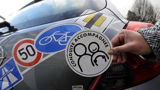 Unautocollant de conduite accompagnée, le 13 janvier 2009, à Caen (Calvados). (MYCHELE DANIAU / AFP)