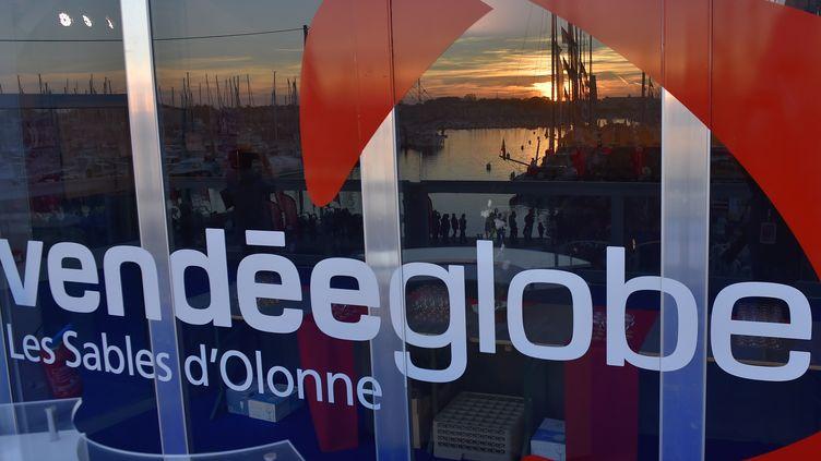 Le logo du Vendée Globe sur sur une vitrine des Sables-d'Olonne (Vendée). (LOIC VENANCE / AFP)