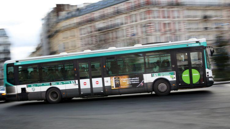 Un bus de la RATP roule dans Paris, le 17 janvier 2010. (LOIC VENANCE / AFP)