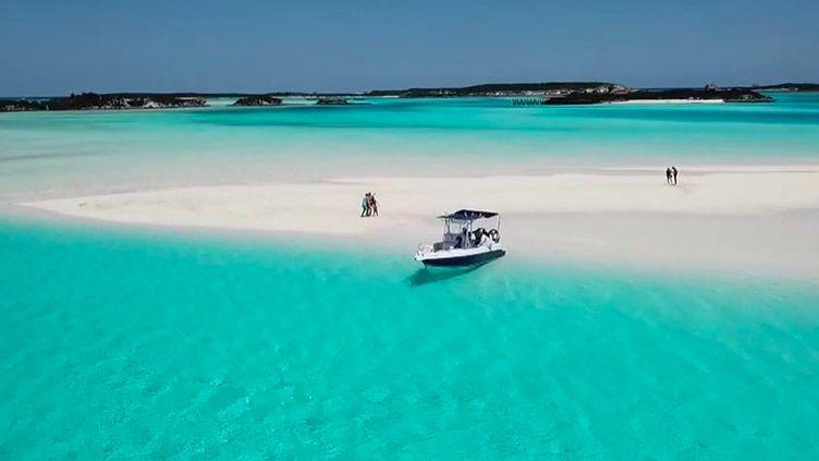 """Les îles Bahamas revendiquent le """"zéro Covid"""". Elles souhaitent attirer les touristes et depuis plusieurs mois, elles ont mis en place une assurance santé pour chacun d'eux. (France 2)"""
