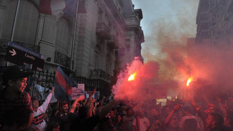 Des supporters de San Lorenzo manifestant devant l'ambassade de France à Buenos Aires (Argentine), le 15 décembre 2011. (JUAN MABROMATA / AFP)