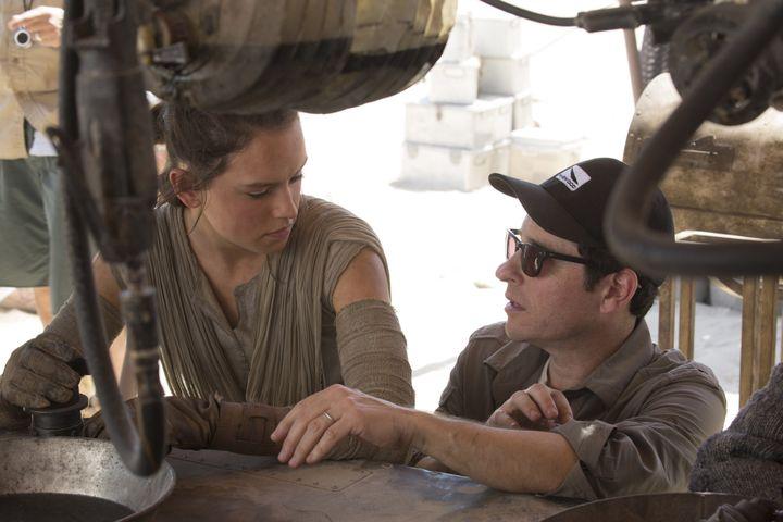 Daisy Ridley et J.J Abrams sur le tournage deStar Wars : Episode VII - The Force Awakens en 2015 (AFP / LUCASFILM / ARCHIVES DU 7EME ART)