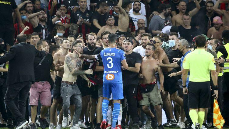 Alvaro Gonzalez, face à des supporters niçois dimanche 22 août. (JEAN CATUFFE / AFP)