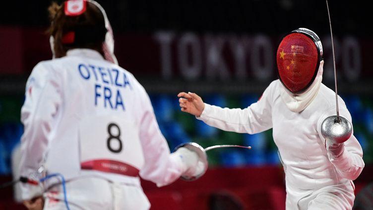 Marie Oteiza, lors d'un combat contre la Chinoise Zhang Xiaonan, dans les premières épreuves de pentathlon moderne, le 5 août. (PEDRO PARDO / AFP)