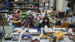 Des bénévoles du Secours populaire remettent à neuf des jouets avant de les redistribuer à des enfants défavorisés à Privas, le 12 décembre 2014. (JEAN-PHILIPPE KSIAZEK / AFP)