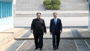Kim Jong-un et Moon Jae-in lors du sommet historique entre les deux Corées, à Panmunjom (Corée du Sud), le 27 avril 2018. (KOREA SUMMIT PRESS / AFP)