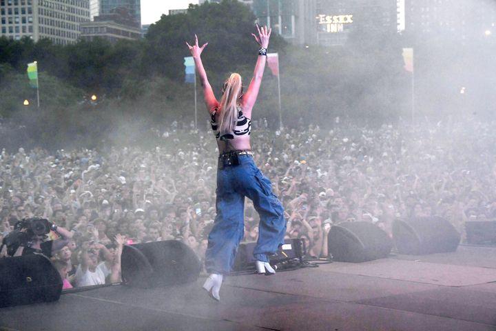 L'artiste Kim Petras pendant son concert au festival Lollapalooza à Chicago, le 29 juillet 2021 (KEVIN MAZUR / GETTY IMAGES NORTH AMERICA)