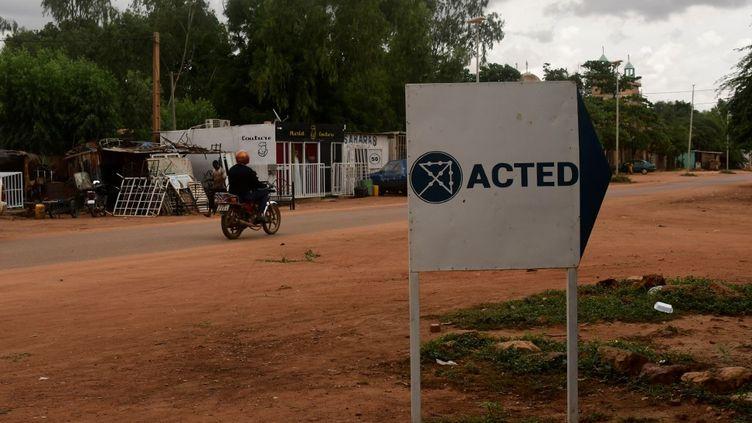 Un panneau désigne le local de l'ONG Acted à Niamey, au Niger, le 10 août 2020. (BOUREIMA HAMA / AFP)