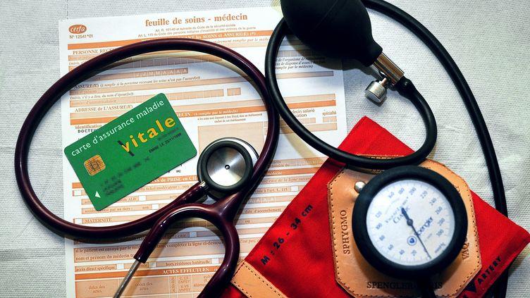 Un stéthoscope et un tensiomètre posés sr une feuille de soins. (PHILIPPE HUGUEN / AFP)