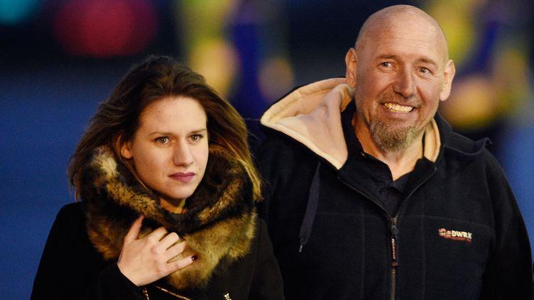 L'ex-otage Serge Lazarevic, accompagnée de sa fille, Diane, à son arrivée à la base militaire de Villacoublay (Yvelines), le 10 décembre 2014. (MARTIN BUREAU / AFP)
