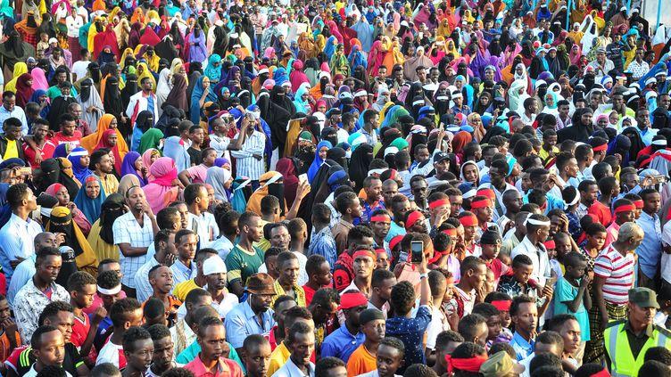Manifestation contre l'attentat au camion piégé du 15 octobre à Mogadiscio, en Somalie, attentat le plus meurtrier de l'histoire du pays. (MOHAMED ABDIWAHAB / AFP)