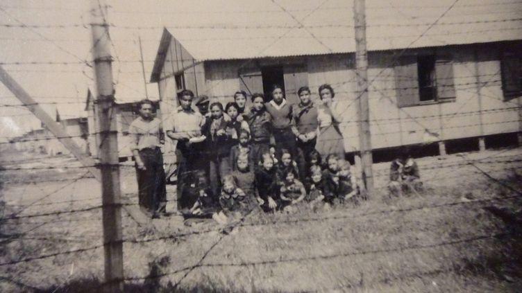 Détenus nomades derrière les barbelés du camp de Montreuil-Bellay. Maine-et-Loire, 1944.