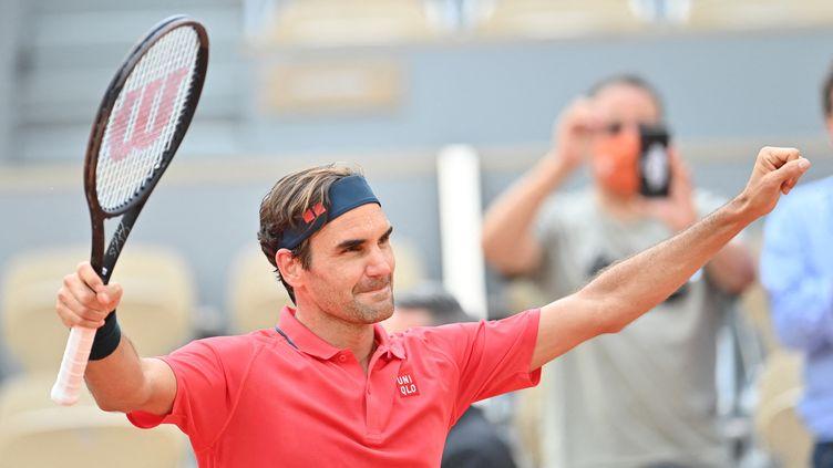Roger Federer lors du deuxième tour de Roland-Garros 2021, le 3 juin. (MUSTAFA YALCIN / ANADOLU AGENCY)