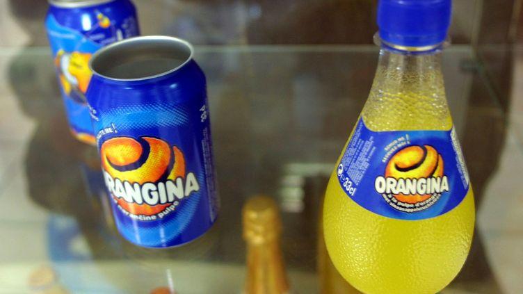 Des bouteilles d'Orangina sont exposées dans une vitrine du hall d'accueil de l'usine d'embouteillage Orangina de Meyzieu, le 04 mai 2001 (ERIC CABANIS / AFP)