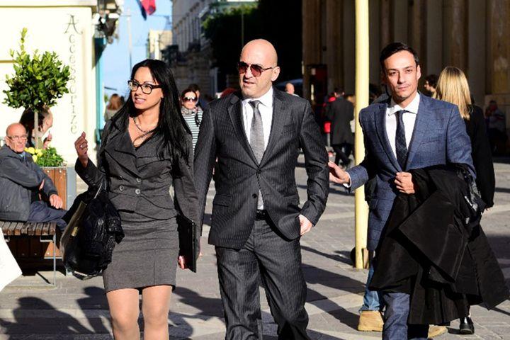 L'homme d'affaires Yorgen Fenech (au centre) arrivant au palais de justice de La Valette, le 29 novembre 2019. (STRINGER / AFP)