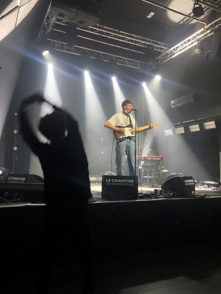 Johnny Jane sur scène, a pu bénéficier des conseils notamment de Jean-Noël Scherrer du groupe Last Train (de dos). (Yann Bertrand / Radio France)
