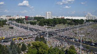 Des milliers de personnes sont réunies à Minsk (Biélorussie), le 16 août 2020, contre la réélection du président Alexandre Loukachenko. (SERGEI GAPON / AFP)