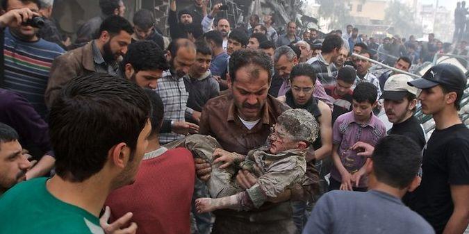 Après un bombardement entre les quartiers Ansari et Sukari. Un enfant est retrouvé vivant après deux heures passées sous les décombres (william Roguelon)