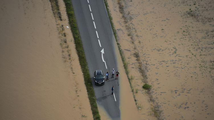 Une route inondée près de la ville dePuichéric (Aude), lundi 15 octobre 2018. (SYLVAIN THOMAS / AFP)
