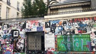 La déclaration préalable de travaux est déjà en place sur la façade du 5 bis rue de Verneuil, à Paris. (YANN BERTRAND / RADIO FRANCE)