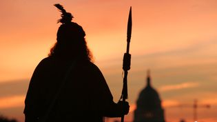 Un indien Cherokee prie la mère Terre et le grand-père Ciel devant le Capitole à Washington, le 21 septembre 2004. (BRENDAN SMIALOWSKI / AFP)