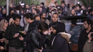 Des Iraniens rassemblés en hommage aux victimes du crash du Boeing 737 d'Ukraine Airlines, abattu par l'armée iranienne, le 11 janvier 2020, à Téhéran (Iran). (MORTEZA NIKOUBAZL / NURPHOTO / AFP)