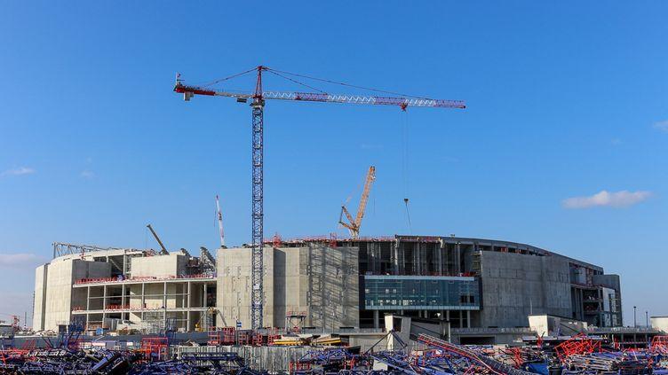 Les ouvriers s'activent sur le chantier du futur Grand Stade de Lyon, qui doit être prêt pour l'Euro 2016,le 13 février 2015 à Décines (Rhône). (BENOIT ZAGDOUN / FRANCETV INFO)