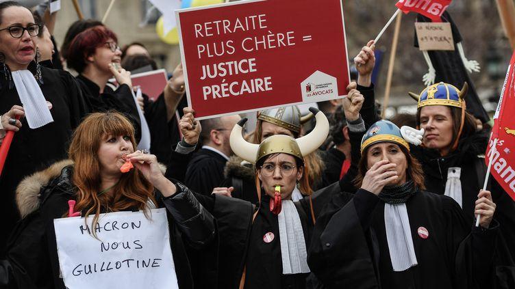 Des avocats ont manifesté contre la réforme des retraites, le 3 février 2020, à Paris. (CHRISTOPHE ARCHAMBAULT / AFP)