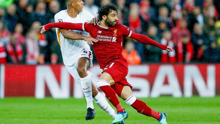 Juan Jesus (AS Roma) face à Mohamed Salah (Liverpool). (SIMON DAVIES / PRO SPORTS IMAGES LTD)