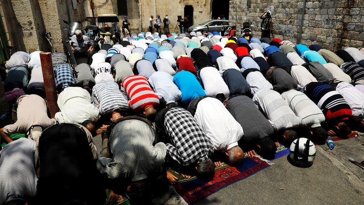 Des musulmans palestiniens participent à des prières de rue en signe de protestation contre les dispositifs de surveillance sur l'esplanade des Mosquées, le 25 juillet 2017, à Jérusalem. (RONEN ZVULUN / REUTERS)