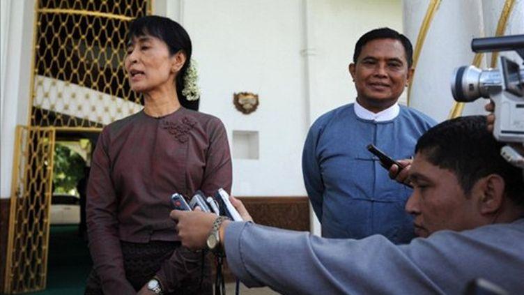 Aung San Suu Kyi et le ministre birman du travail Aung Kyi lors d'une conférence de presse le 12 août 2011 (AFP/Soe Than WIN)