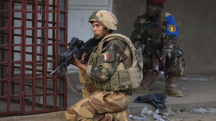 Deux soldats, français et malien, lors d'une intervention, le 13 avril 2013, à Gao (Mali). (JOEL SAGET / AFP)