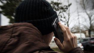 Personne munie d'un téléphone portable (photo d'illustration) (MAXPPP)
