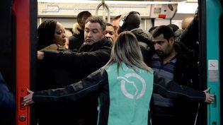Sur le quai de la station Châtelet-les-Halles à Paris, le 9 décembre 2019, en pleine grève contre la réforme des retraites. (AURORE MESENGE / AFP)