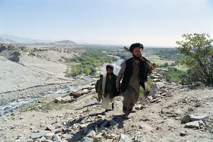 Destalibans marchent dans les montagnes de la vallée du Pandjchir, en Afghanistan, le7 janvier 1996. (SAEED KHAN / AFP)