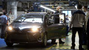 Un employé masqué sur la ligne de production de la Toyota Yaris, dans l'usine d'Onnaing (Nord), près de Valenciennes, le 23 avril 2020. (FRANCOIS LO PRESTI / AFP)