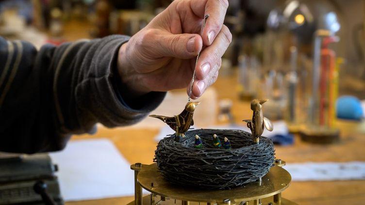 Un nid d'oiseaux automates dans l'atelier du maître François Junod, à Sainte-Croix, en Suisse, en décembre 2020. (FABRICE COFFRINI / AFP)