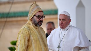 Le roi du Maroc, Mohammed VI, reçoit le pape François à Rabat, le 30 mars 2019. (ALBERTO PIZZOLI / AFP)