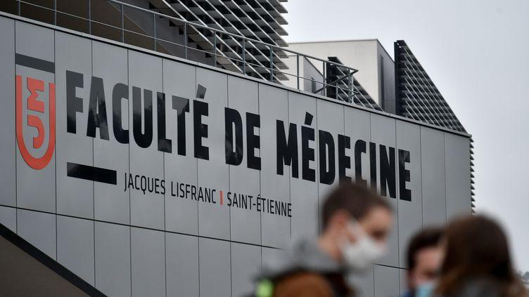 Des étudiants en médecine devant leur faculté à Saint-Etienne (Loire), le 6 janvier 2021. (REMY PERRIN / MAXPPP)