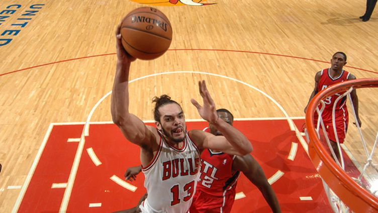 Joakim Noah tente un dunk (RANDY BELICE / NBAE / GETTY IMAGES)