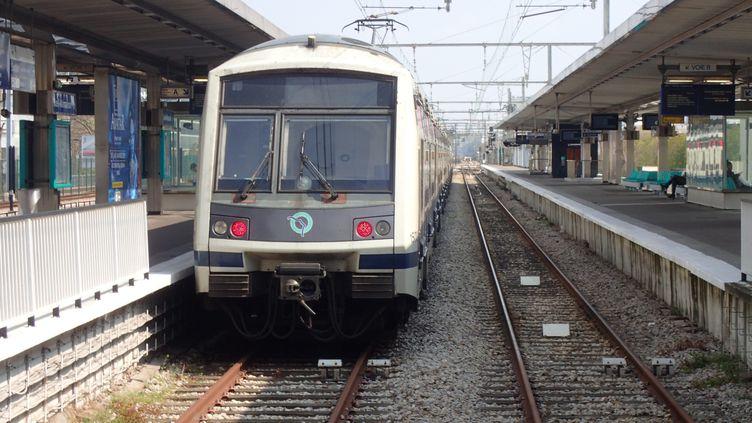 Un RER en gare deRueil-Malmaison (Hauts-de-Seine), le 24 avril 2019. (MAXPPP)