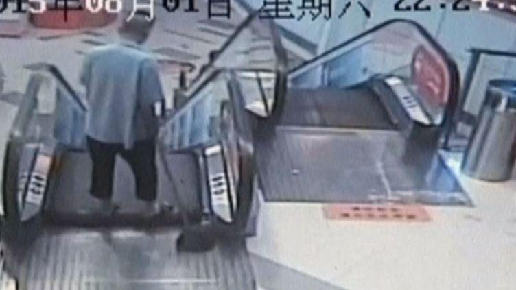 Capture d'écran de la vidéo montrant l'homme dont le pied a été broyé par un escalator dans un centre commercial de Shanghai (Chine), le 2 août 2015. (REUTERS)