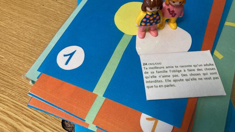Une séance del'association l'Enfant Bleu avec les élèves de l'école Fernand Léger de Malakoff. (MARGAUX STIVE / RADIO FRANCE)