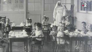 Une commission d'enquête révèle que 9 000 enfants sont morts dans les anciennes maisons pour mères célibataires en Irlande. Dans ces établissements, tenus par des religieuses jusqu'en 1998, les enfants nés hors mariage étaient maltraités. (FRANCE 2)