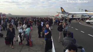 Evacuation en cours sur le tarmac de l'aéroport Zaventem de Bruxelles (Belgique) après deux explosions, le 22 mars 2016. (APTN / FRANCETV INFO)