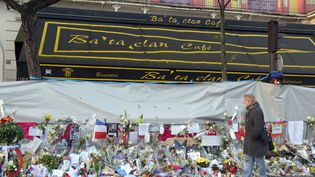 Des milliers de fleurs et d'hommages aux victimes ont envahi, le 26 novembre, les trottoirs devant le Bataclan, salle de spectacle visée par une attaque terroriste le 13 novembre 2015. (BERTRAND GUAY / AFP)